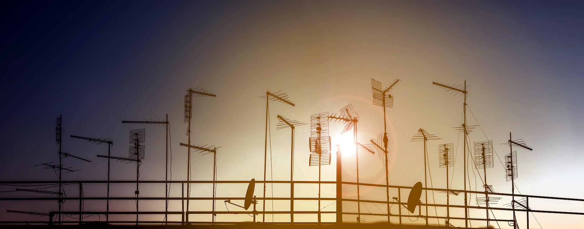 Skyline urbano con silhouette di antenne